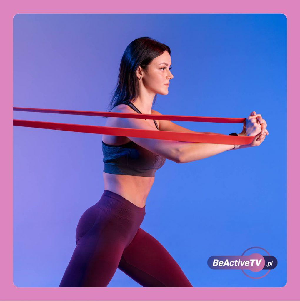 Rozciąganie mięśni z gumą w trakcie ćwiczeń w domu